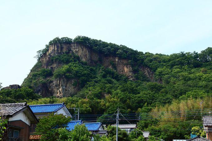 迫力満点!ローカル度満載の岩舟駅とその背後に聳える「岩船山」の山肌
