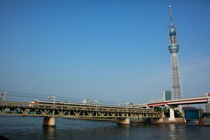 「隅田公園」の真上をゆっくり通過する列車はここだけ!