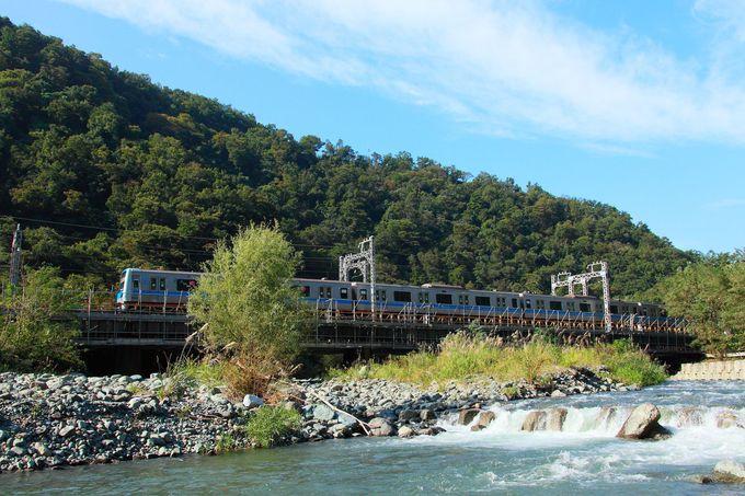 山肌を背景に川を渡る列車が狙えるポイント