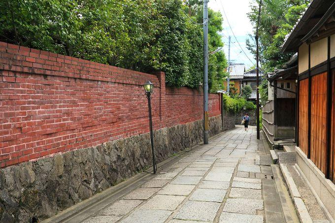 和の雰囲気の中に突然現れる赤レンガ造りの塀