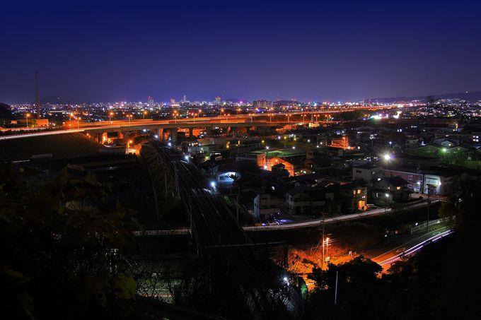 真下を東海道新幹線が通過し動夜景も楽しむことができる「用宗城山」