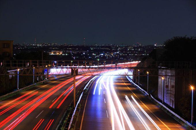 東名高速を走る車の軌跡が世田谷の夜景に消えていくよう!喜津根橋