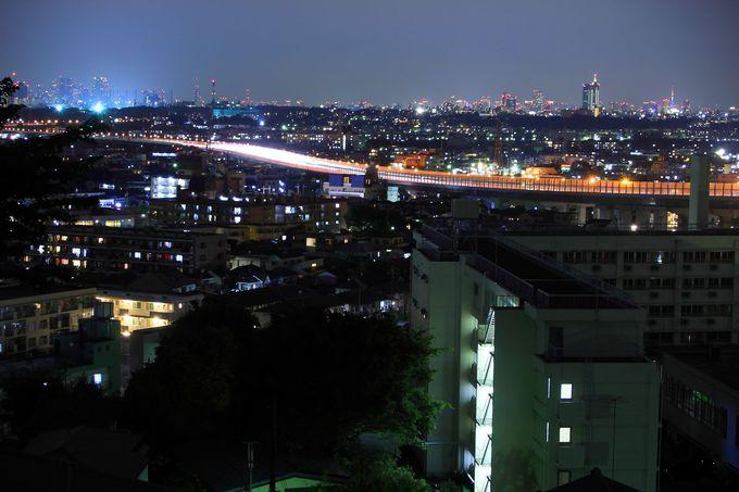 都心の夜景を背景に目の前をゆく東名高速がアクセントを加える!