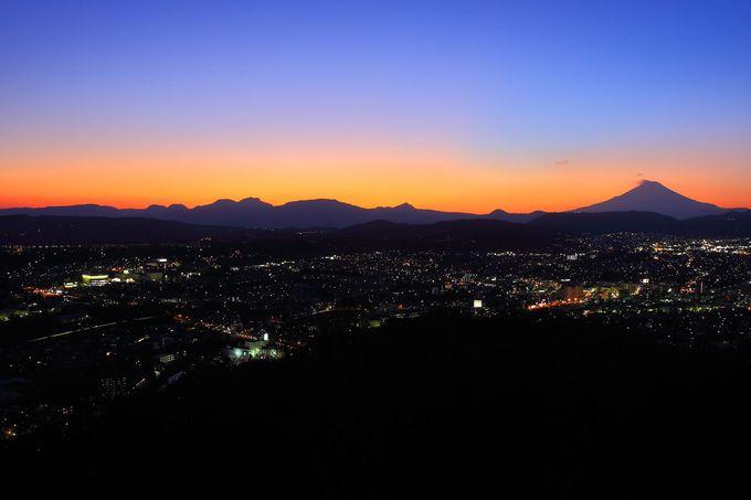 空気が澄んだ日の日没後に西の方角を見ると富士山を一望!