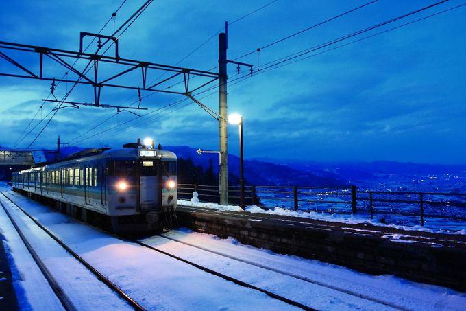 一旦スイッチバック線へ入線して「姨捨駅」に入線中の松本方面行き列車
