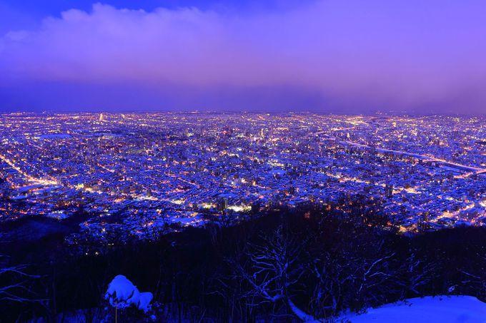 日没30分後の眺めこそがクライマックス!蒼い空と積雪に反射する夜景は見ごたえあり!