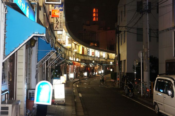 ドラマや映画によく出てくる特徴ある建物の「都橋商店街」
