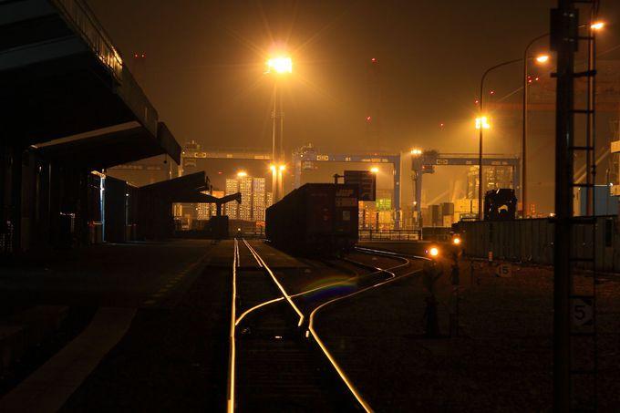 「本牧埠頭」へ入り込む貨物のレールはどこか遠い過去へ連れて行ってくれるかのよう!
