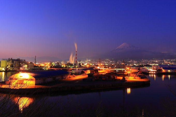 埠頭周辺のオレンジ光ライトアップと水辺周辺の様子