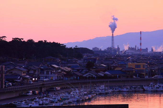 紅色に染まりあがった北西方面の空と漁港の様子