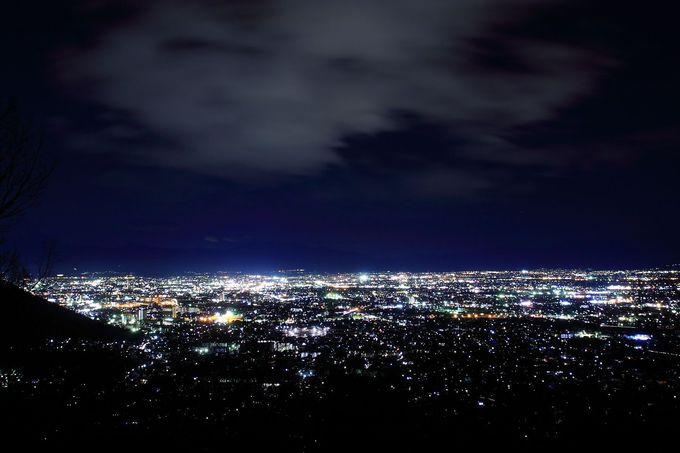 こんなところに展望台があったなんて?!「みはらし広場」からの甲府盆地の夜景