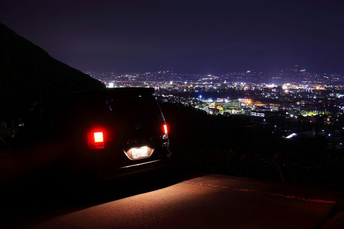 「山」と名がつく夜景スポットだが車に乗ったままで十分!「大蔵経寺山」