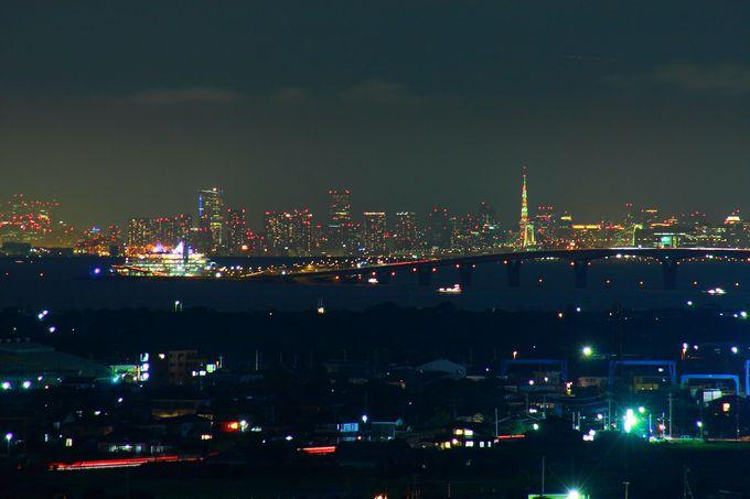 東京湾に浮かぶ海ほたると都心方面