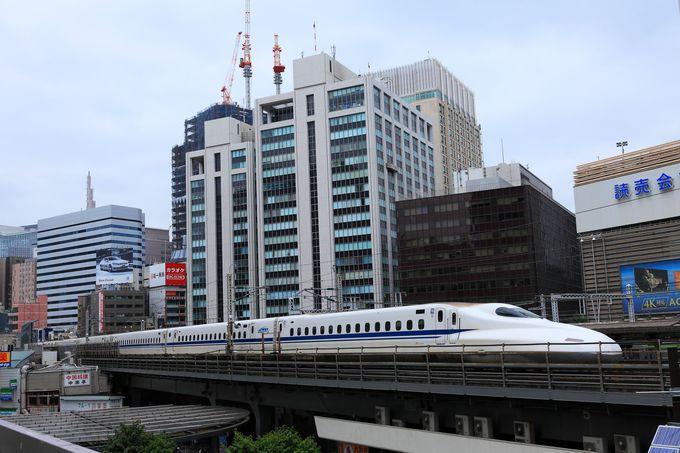 目の前を通過する新幹線に興奮気味!