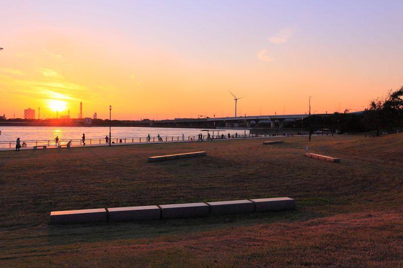 潮風を浴びながら夕焼けと工場夜景を観賞!川崎「東扇島西公園」