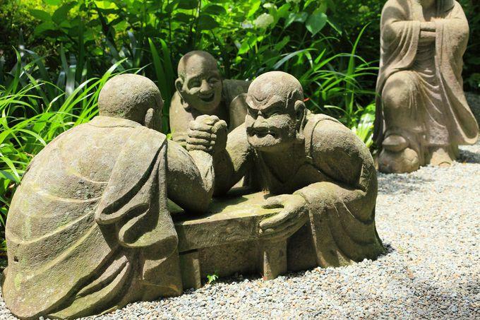 境内所々に置かれた羅観石像!