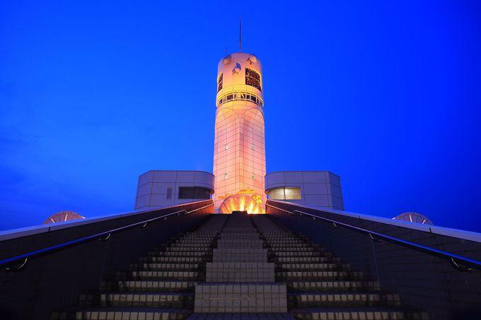 本牧の倉庫街にひときわ目立つ真っ白い灯こそが「横浜シンボルタワー」