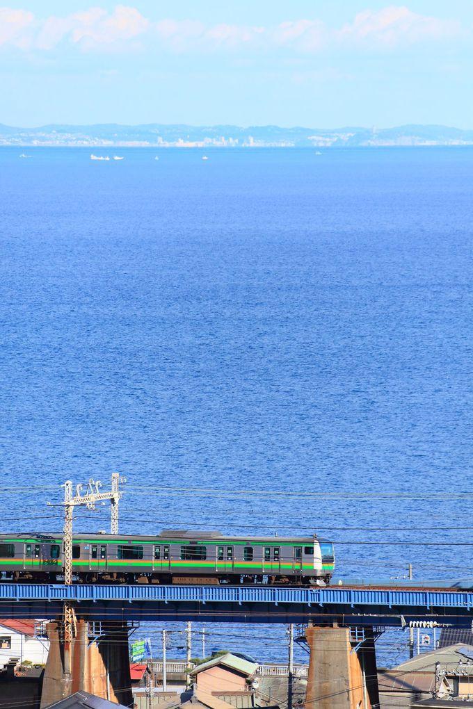 相模湾に小田原の街並み背景に列車を撮影!「石橋鉄橋」