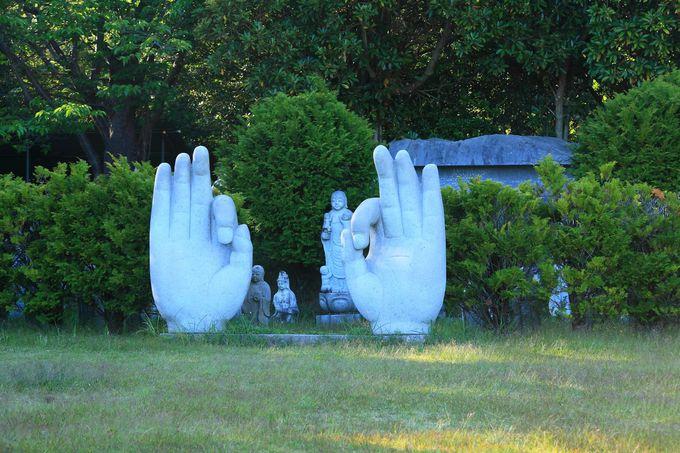 最上部の広場で目に付く両手の像