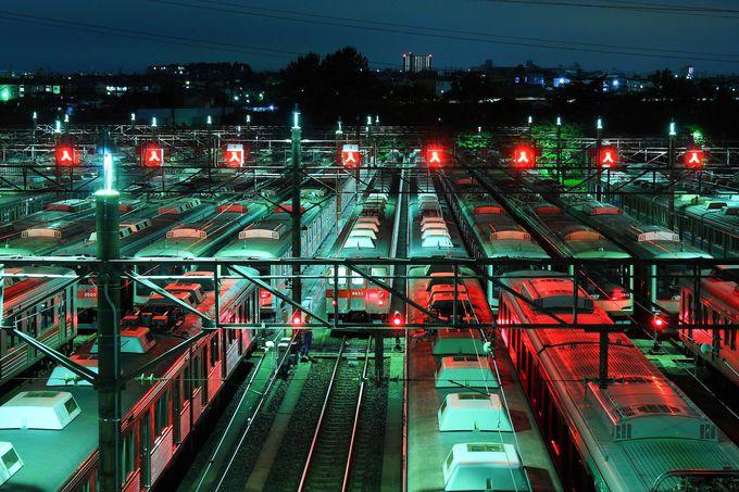 夜の車両基地は無機質な空間が広がる絶景!