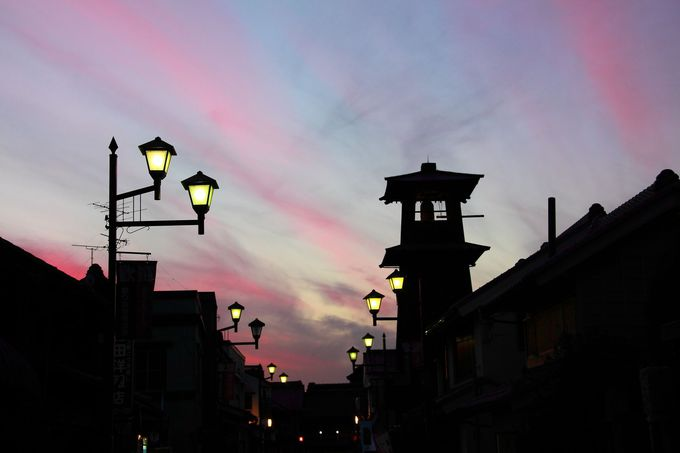日没後の空を背景に「時の鐘」を見上げてみよう!