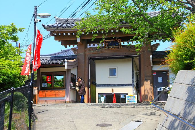 住宅街の裏手にある「大船観音寺」の参道入口