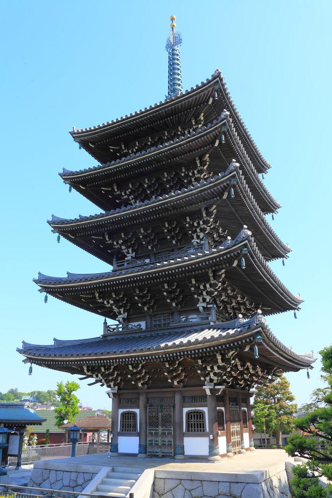 坂道を上り切ると目の前に現れる存在感抜群の五重塔!