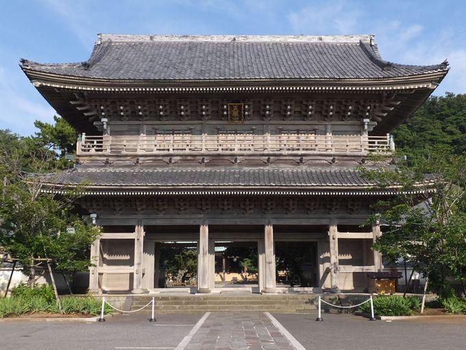 鎌倉一を誇る圧巻の大きさの山門!