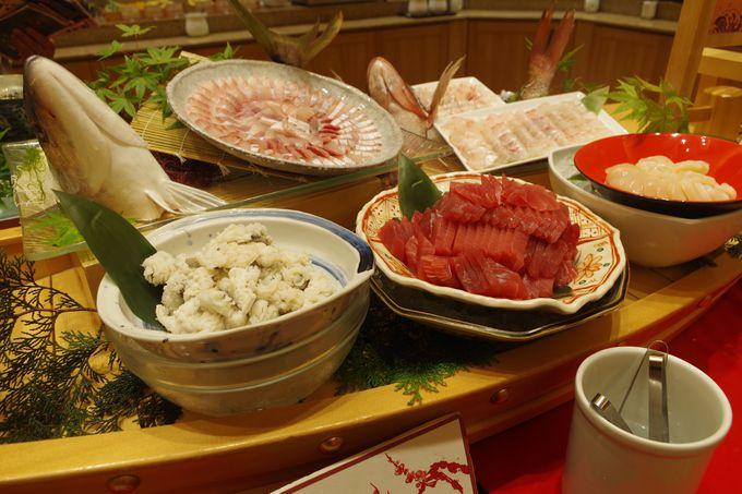 日本海の海の幸の大船盛りがドーンと置かれた夕食バイキング