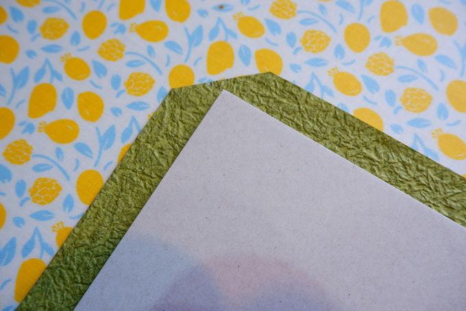 それでは作業開始。まず表紙用に紙を切っていきます