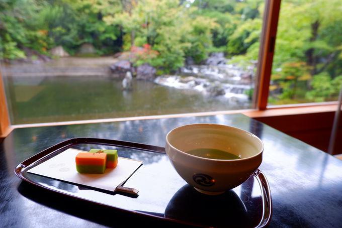 神苑内の茶屋「和楽亭」と八方除の資料が揃う「方徳資料館」