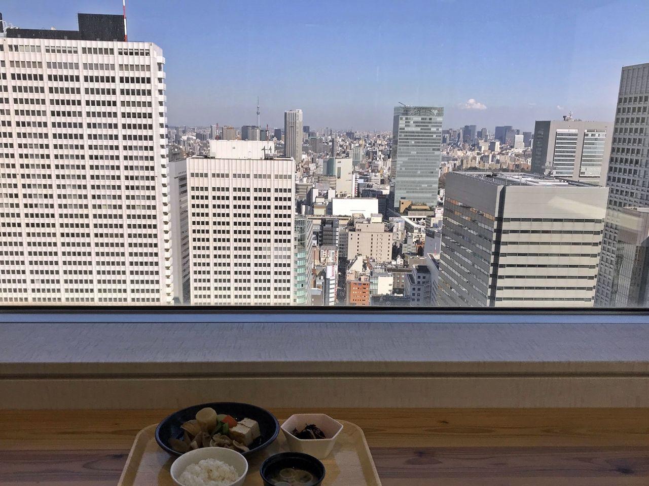 富士山や東京スカイツリーを望む絶景ランチタイム