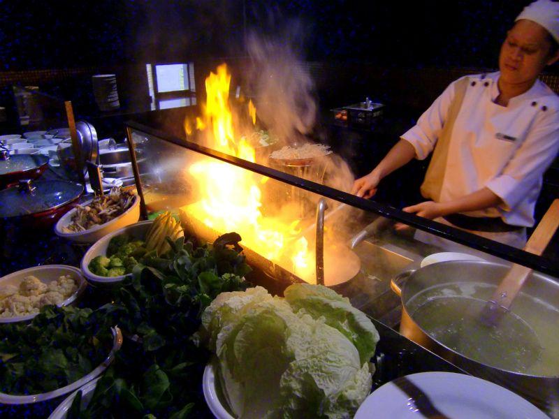 オープンキッチンではシェフが目の前で豪快に調理!