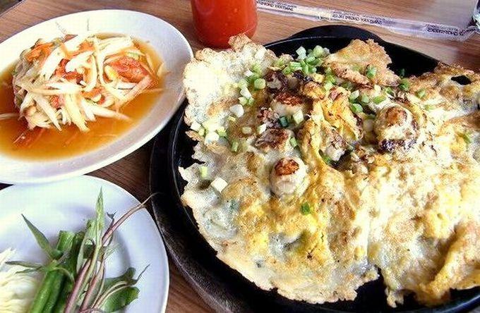 牡蠣のお好み焼き風「ホイ・トーッド」とパパイヤサラダの「ソムタム」