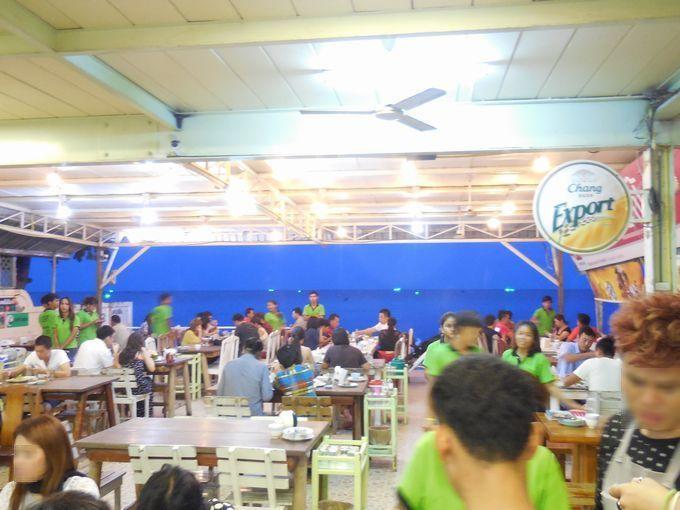 有名店ながらも店内は庶民的で賑やかなレストラン