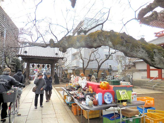 骨董品や花など、さまざまな物が売られている「八の市」