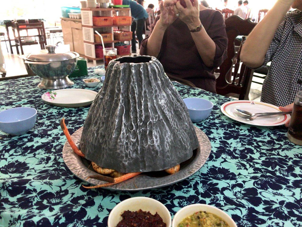 豪快に燃え上がる火山と海老たちの饗宴がはじまる!