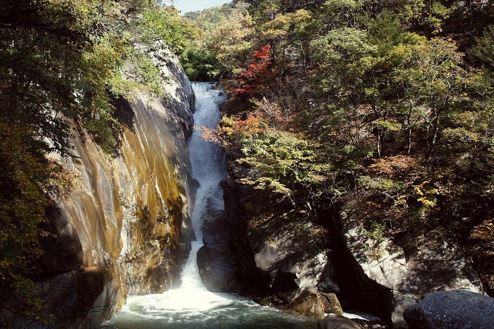 アングルによって虹が見える「仙娥滝」