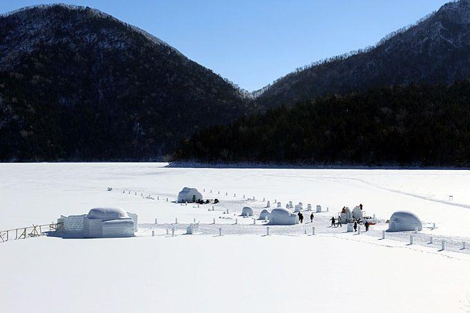露天風呂もある!湖上に出来た、雪と氷の世界「しかりべつ湖コタン」