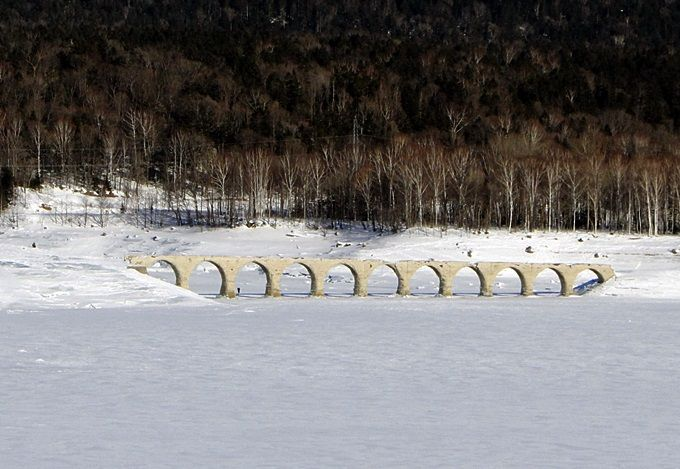 北海道遺産「タウシュベツ川橋梁」の真っ白な世界を見る