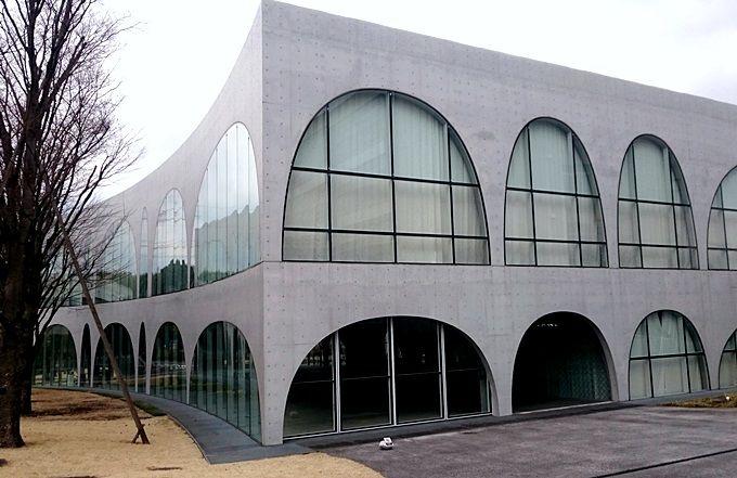 アーチが織りなすモダン空間*伊東豊雄氏設計「多摩美術大学・八王子図書館」