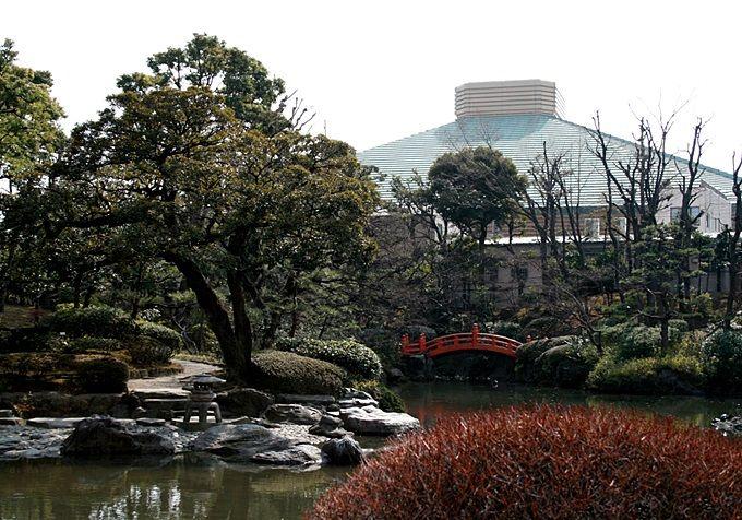 美しい回遊式庭園「旧安田庭園」で、北斎を偲ぶ。