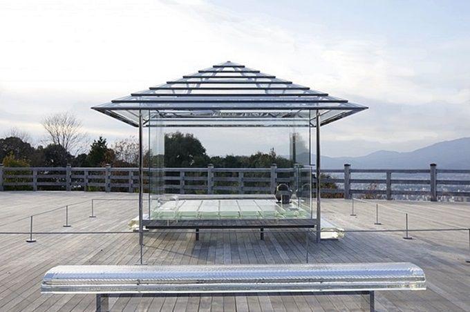 高台の大舞台に造られた、透明の茶室がクール!
