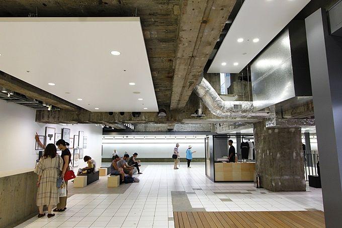 地下1階には、贅沢な空間とユニークなショップがあり