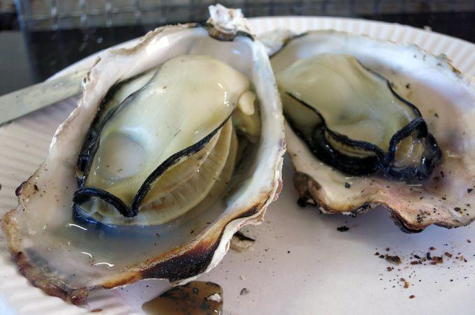 分厚い身は、まずは殻に溜まったおつゆで食べる!