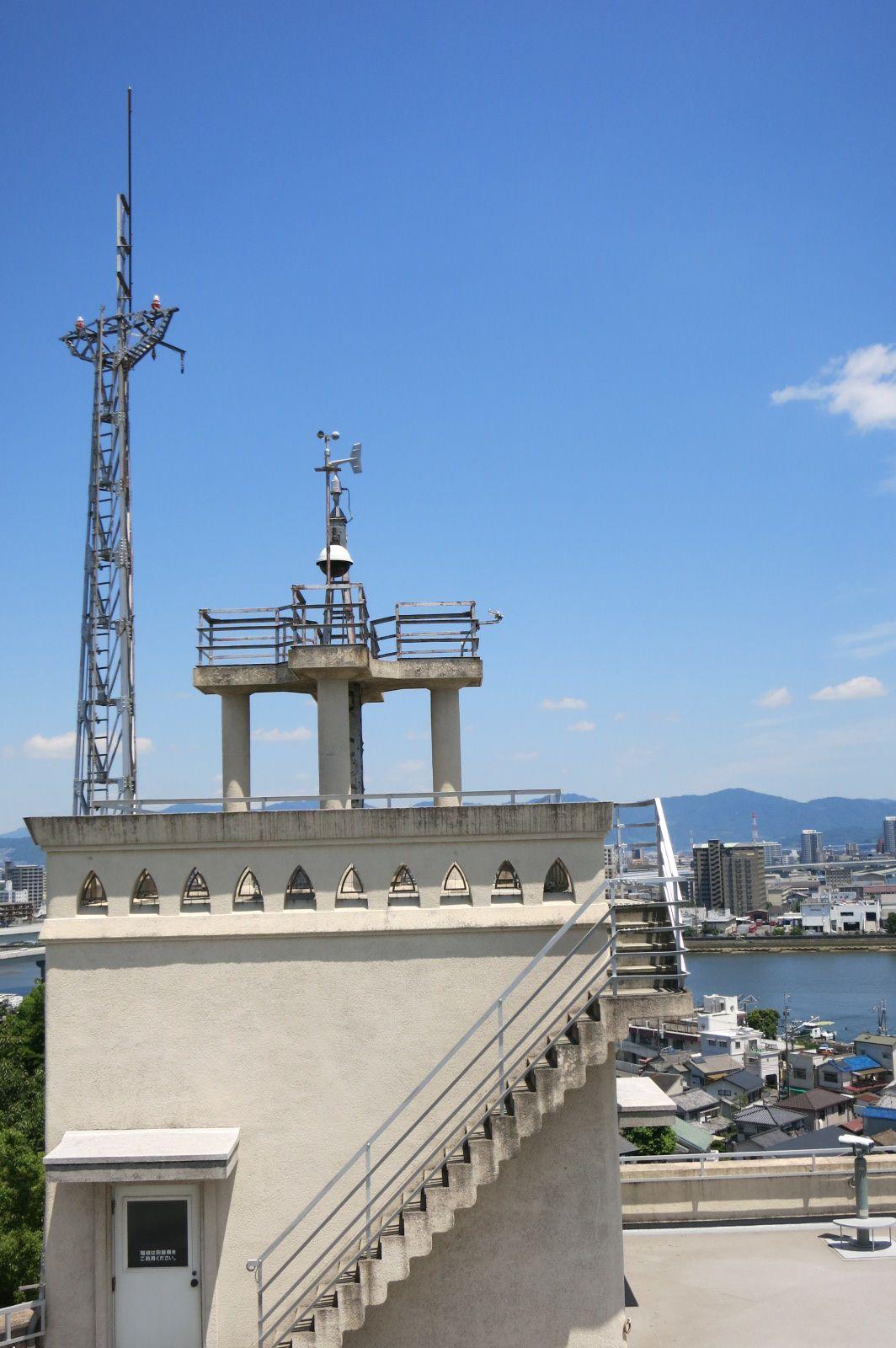 広島の街を一望する屋上から双眼鏡でタイムスリップ