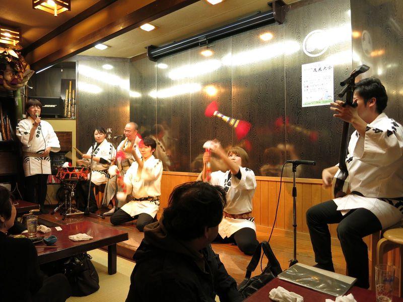 民謡の魅力にどっぷり浸るショー&お客参加タイムも