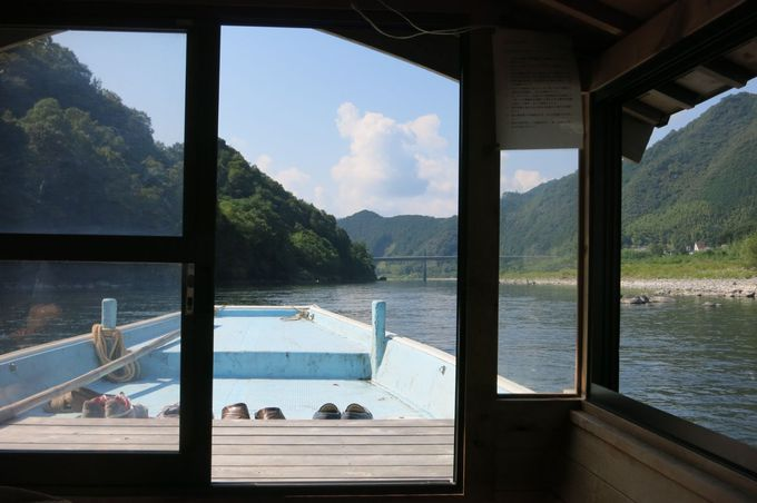 四万十川上流の遊覧船は小型の屋形船、川の水に手が届きます