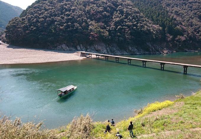 四万十川で一番有名な「岩間の沈下橋」も遊覧船でくぐることができます