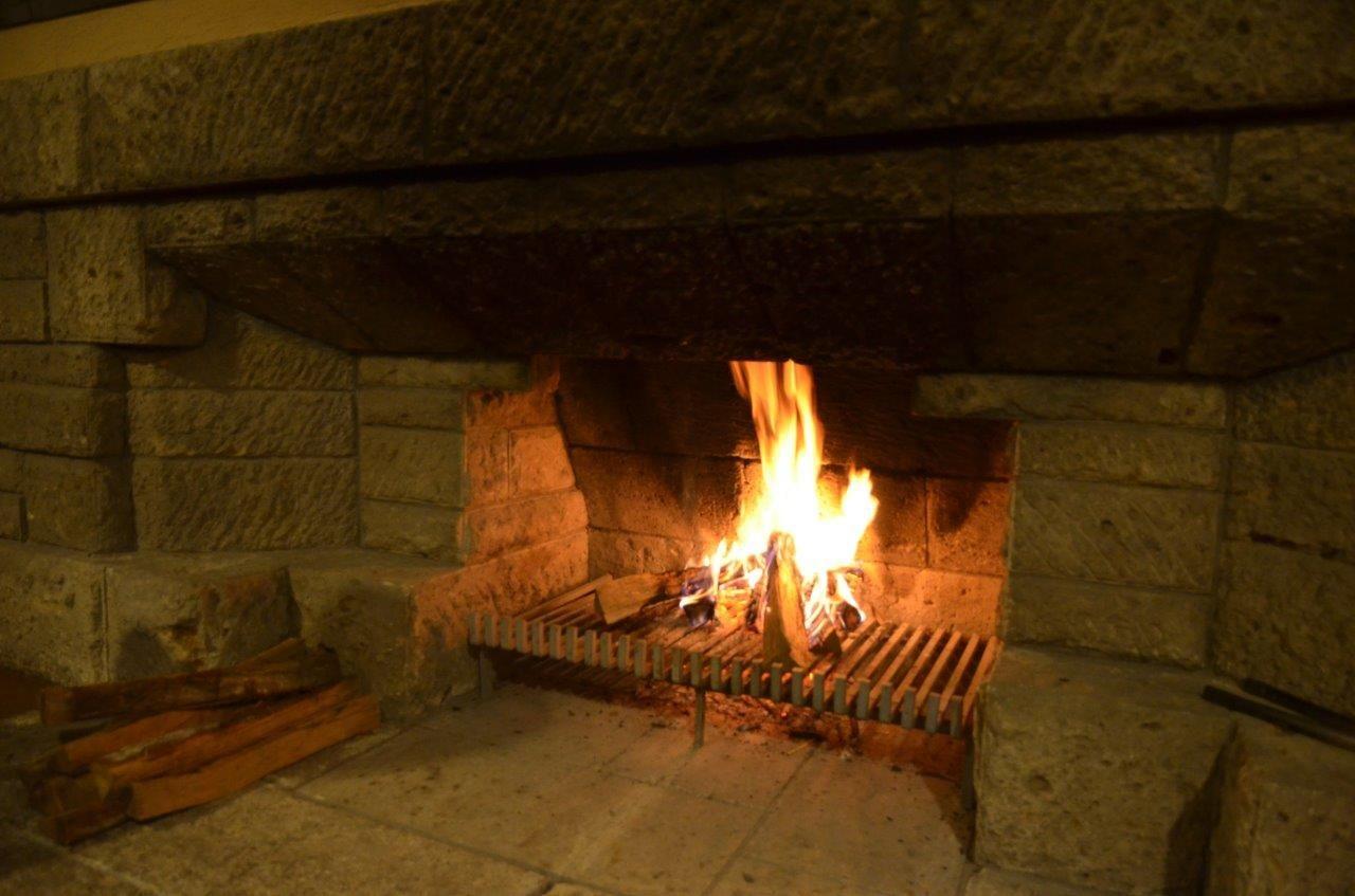 冬には暖炉に火を入れる夜も!揺れる炎を見つめながらお酒をいただく至福の時間